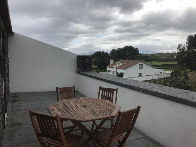 Casa de Pedra: área da casa com 120m2, lotação para 4 pessoas, 2 quartos, 1 cozinha, 1 sotão, 1 casa de banho, aquecimento, wi-fi e estacionamento